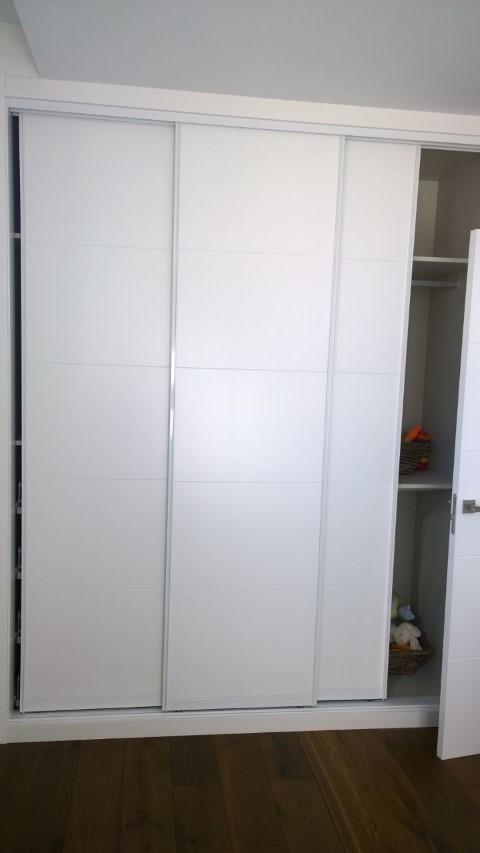 Puerta acorazada y puertas lacadas expo puertas actur - Armario blanco lacado ...