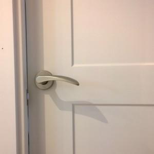 Detalle manilla puerta lacada