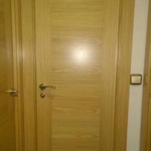 Detalle puerta con chapas combinadas horizontal-vertical