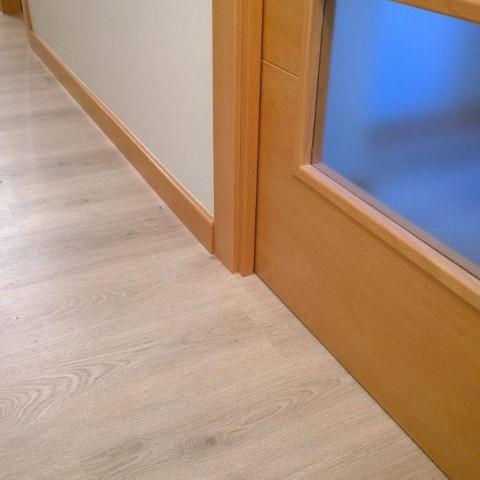 Puertas de madera suelo pergo y suelo pvc puertas actur for Suelo gris y puertas blancas
