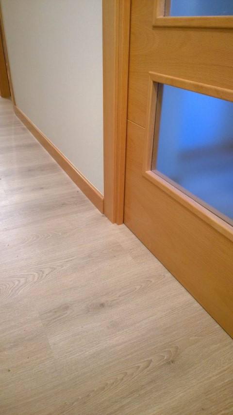 Puertas de madera suelo pergo y suelo pvc puertas actur - Combinar suelo y puertas ...
