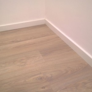 Detalle rodapié suelo laminado roble