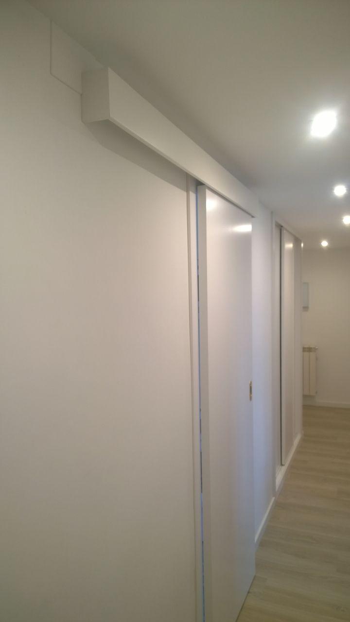 puerta blindada puertas lacadas y suelo laminado - Puertas Correderas Blancas