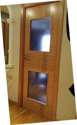 Puerta de madera con vidriera