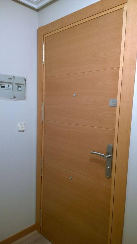 puertas de madera suelo pergo y suelo pvc puertas actur On forrar puerta entrada