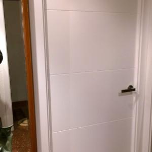 Puerta ranurada blanca