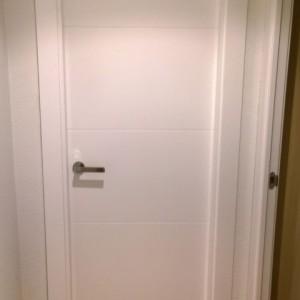 Puerta de paso ranurada blanca