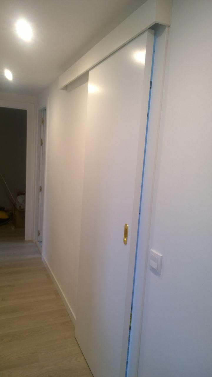 Puerta lacadas y suelo laminado exposici n puertas actur - Puertas correderas de cocina ...