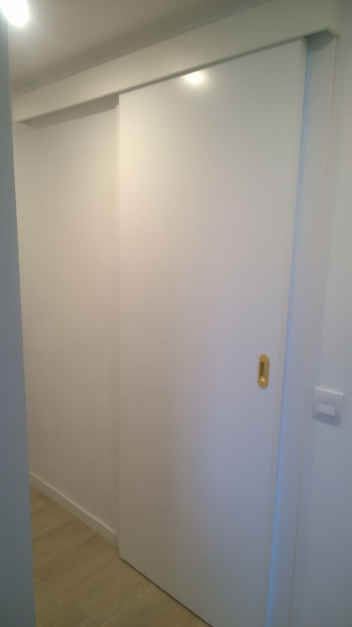 Puerta lacadas y suelo laminado exposici n puertas actur - Guias puerta corredera ...