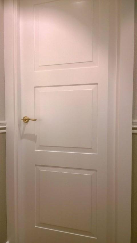 Puertas lacadas frente armario y suelo pergo puertas actur - Puertas paso blancas ...