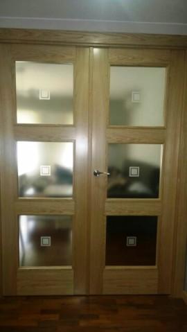 Puerta doble hoja con grabado