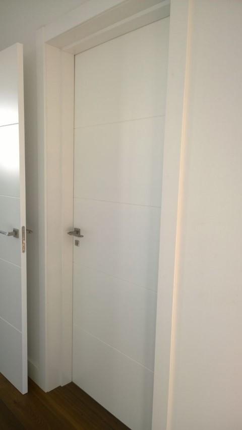 Puerta acorazada y puertas lacadas expo puertas actur for Puerta lacada blanca