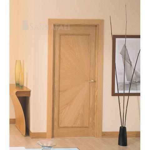 Puerta clásica en madera de roble uniforme