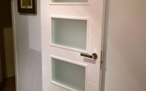 Puerta laminada con vidriera