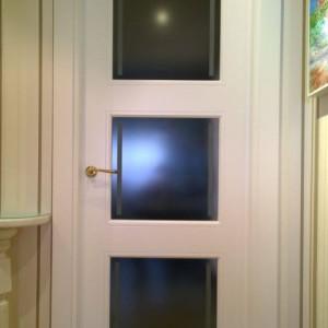 Puerta vidriera lacada con grabado