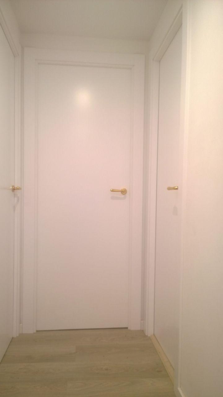 Puerta lacadas y suelo laminado exposici n puertas actur - Puertas lisas blancas ...
