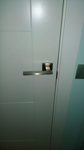 Puerta lacada detalle manilla