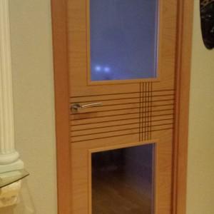 Puerta de madera ranurada con vidriera