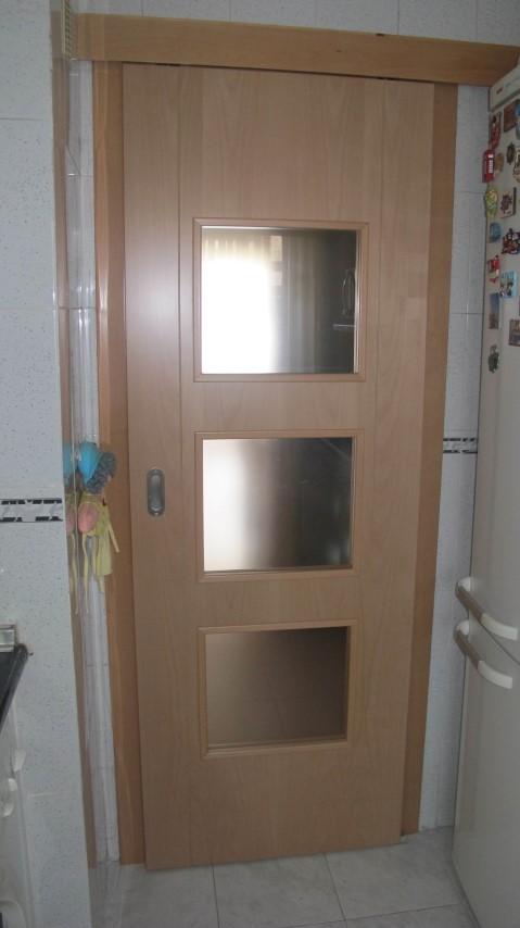 Puertas de madera ranuradas y vidriera expo puertas actur - Vidrieras para puertas ...