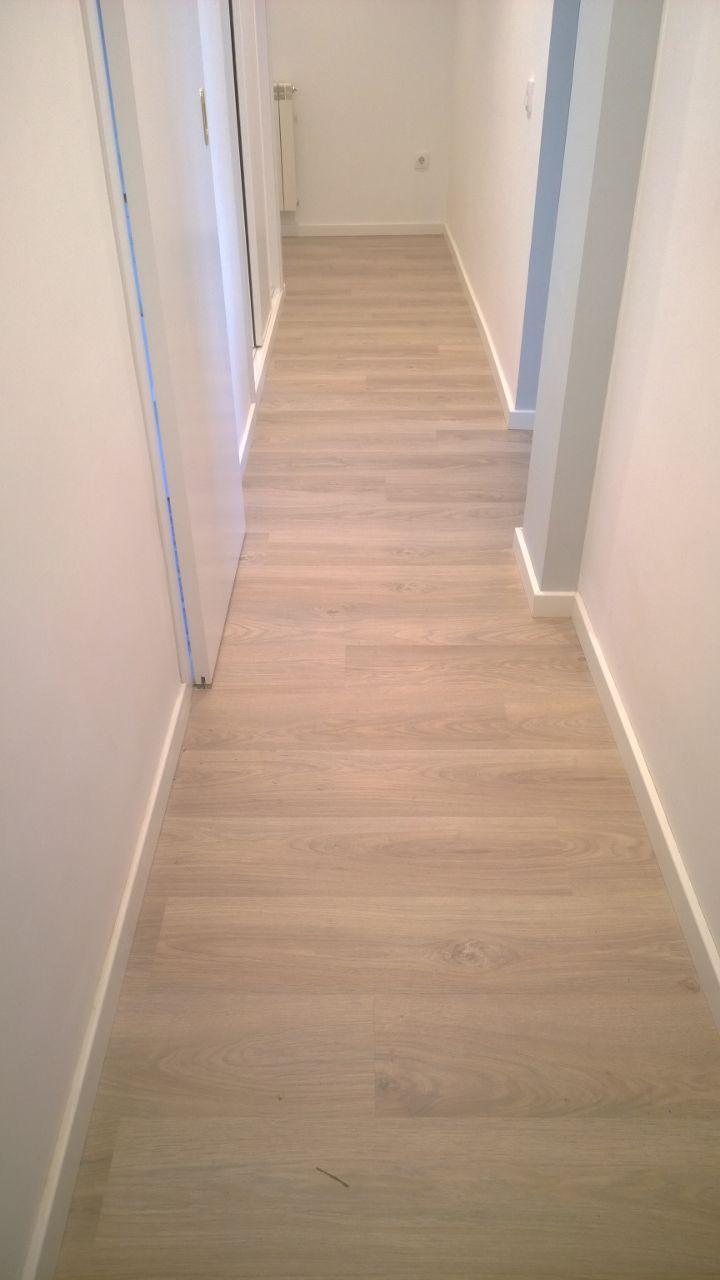 Puerta lacadas y suelo laminado exposici n puertas actur for Remate de puertas de madera